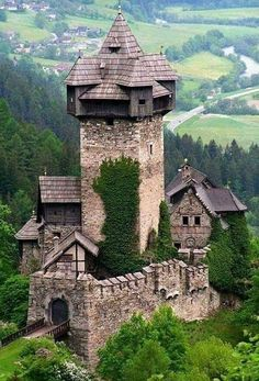 Niederfalkenstein Castle, Austria What a different and neat castle. Beautiful Castles, Beautiful Buildings, Beautiful Places, Chateau Medieval, Medieval Castle, Gothic Castle, Castle House, Castle Ruins, Old Buildings