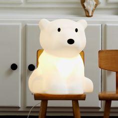 La maison hollandaise Mr Maria s'est inspirée des aurores boréales du pôle nord pour donner naissance à Nanuk, le petit ours lumineux. Sur son bloc de glace, cet ours polaire magique dérive aux coins du monde, après un long voyage en mer. <br><br>En lampe à poser, lampe de chevet, lampe de lecture, Nanuk suivra les petits et les grands dans une chambre ou autres pièces de la maison.  <br>La lampe ours Nanuk est équipée de LED de 3,8W pour une plus grande économie d'énergie et qui ne…