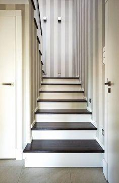 Klatka schodowa została zaaranżowana z taka samą dbałością o szczegóły co pozostałe pomieszczenia. Do pasów na tapecie nawiązuje wzór, jaki ...