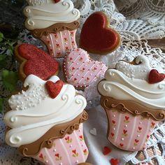 Valentine cupcakes cookies by Teri Pringle Wood Fancy Cookies, Iced Cookies, Cute Cookies, Cookies Et Biscuits, Cupcake Cookies, Royal Icing Cookies, Sugar Cookies, Heart Cookies, Angel Cookies