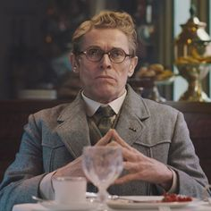 The brown reading glasses that Willem Dafoe (Gerhard Hardman) is wearing in the movie Murder on the Orient Express (2017)