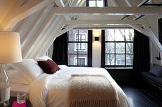Rika Hotel Amsterdam: zwartgelakte houten vloer, witte muren en plafond, zwarte ramen en gordijnen...