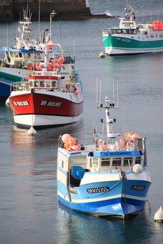 Bateaux de pêche bretons au port. Caseyeurs et fileyeurs. Bretagne.