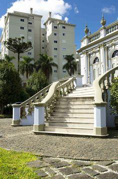 Localizado no Alto da Glória, o Palacete dos Leões dispõe de uma biblioteca com mais de 3 mil títulos. #curitiba