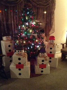 Snowman Gift Towers Keep Christmas Gifts Minimal And Fun - Weihnachten Best Christmas Gifts, Christmas Snowman, Winter Christmas, Christmas Time, Minimal Christmas, Christmas Morning, Snowman Door, Thoughtful Christmas Gifts, Christmas Gift From Baby