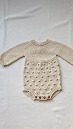 Knitted Baby Romper, Baby Cardigan Knitting Pattern Free, Knit Baby Dress, Knitted Baby Clothes, Organic Baby Clothes, Baby Knitting Patterns, Crochet Baby, Tricot Baby, Baby Videos