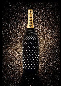 The jeroboam Moët et Chandon offers an evening dress for the holidays Moet Chandon, Champagne Moet, Champagne Bottles, Champagne Cocktail, Wine Design, Bottle Design, Bottle Art, Bottle Crafts, Bling Bottles