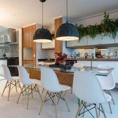 Sala de jantar com mesa ampla de vidro com pendent de Marcia Acaro - 36912 no Viva Decora