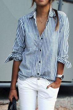 メンズライクなストライプ柄のシャツも細身のホワイトパンツで女子度UP。