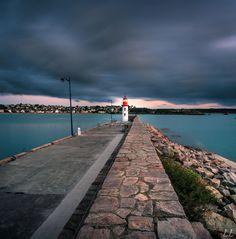 La jetée du port d'Erquy et le phare. #Bretagne.