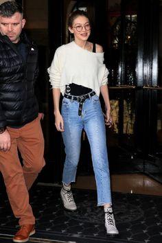 Suéter cropped, regata preta, cinto com nó na frente, calça jeans cropped, coturno branco