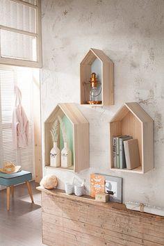 Wandregale, Bloomingville. Dieses 3-teilige Regal Set der Marke Bloomingville eignet sich hervorragend für tolle individuelle Wanddekorationen. Durch verschiedene Anordnung der Wandregale können Sie jedem Raum eine persönliche Note verleihen. Die Regale im skandinavischen Design sind aus Holz gefertigt und die Rückenwände sind bemalt.