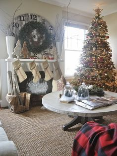 Blogger Liz Marie welcomes us inside her New Bern, NC home decked out for the holidays.