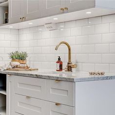 Detta kök! Älskar marmor och grått. Bild från @maklarcentrum.