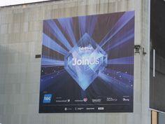 Plakat vor dem Eingang der B+W Hallerne in Kopenhagen. Das Motto dieses ESC war '#JoinUs'.