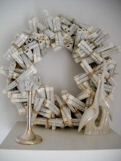 Krans van boekbladzijden opgerold en met een touwtje gebonden. Bind ze er op verschillende manieren rond voor een speels effect.