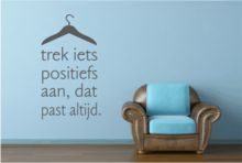 Trek iets positiefs aan Leuke originele muursticker in diverse formaten en kleuren bij www.muurtekstenonline.nl