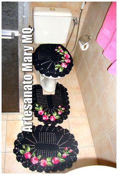"""Jogo de banheiro em crochê  Uma ótima opção para repaginar a decoração do seu banheiro.   São três peças para você decorar e deixar seu ambiente ainda mais alegre e bonito.   Este tapete é feito com barbante natural 100% em algodão.    Caso queira uma cor bem específica clique em """"CONTATAR VENDED..."""