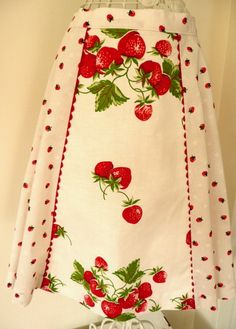 For the lover of a vintage red and white kitchen this apron is perfect! It is fashioned from a Butterick pattern. The fabric is a Vintage Tablecloths, Aprons Vintage, Vintage Linen, Vintage Sewing, Apron Designs, Dress Designs, Red And White Kitchen, Cute Aprons, Retro Apron