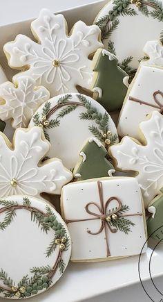 Christmas Tree Cookies, Iced Cookies, Christmas Sweets, Christmas Cooking, Noel Christmas, Royal Icing Cookies, Christmas Goodies, Holiday Cookies, Christmas Desserts