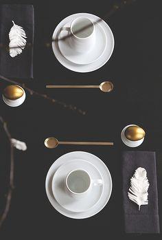 black + white table setting / Trendenser