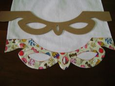 Régua em MDF para você produzir seus próprios barrados em panos de prato, toalhas ou onde desejar. Não acompanha o pano de prato, é uma imagem ilustrativa mas, pode ser adquirido também, veja em nossa página. Paper Cutting Patterns, Appliance Covers, Fabric Origami, Elsa, Quilt Border, Mug Rugs, Sewing Techniques, Diy Cards, Needlework