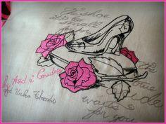 coussin brodé pantoufle de vair, cendrillon, cinderella, broderie sur toile de lin, rose et noir, par amd a coudre : Textiles et tapis par amd-a-coudre