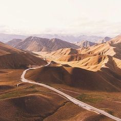 Adore this view of the Lindis Pass, New Zealand @lebackpacker #mackenziecountrynz #nzmustdo #newzealandlandscape