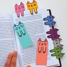 Cat and book lovers unite! These cute cat bookmarks are colorful, fun, and free … Cat and book lovers unite! These cute cat bookmarks are colorful, fun, and free to make! Kids Crafts, Cat Crafts, Diy And Crafts, Craft Projects, Arts And Crafts, Paper Crafts, Craft Ideas, Decor Ideas, Diy Marque Page