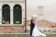 After-Wedding-Shooting, in Venedig, bei Regen, Regenschirm, Brautpaar, Hochzeitsfotos, Backstein, alte Wand, Vintage, wedding, venice,