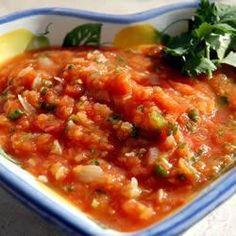 SALSA MEXICANA DE TOMATE ASSADO - Sobre a receita: Neste molho apimentado, o tomate, a cebola e o alho são assados e depois batidos com coentro e cominho. Sirva com tortilha ...