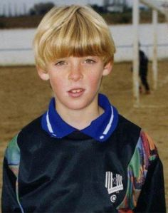 The Most Comprehensive Collection Of Football Players Pics From Their Childhood Days. Young Football Players, Sport Football, Manchester United Legends, Manchester United Football, Bowl Haircuts, Soccer Boys, Vintage Football, Man United, Boy Hairstyles