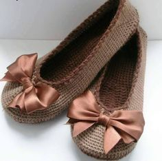 A free crochet pattern of ballerina slippers. Do you also want to crochet these slippers. Read more about the Free Crochet Pattern Ballerina Slippers Knitted Booties, Crochet Boots, Knitted Slippers, Crochet Clothes, Loafer Slippers, Crochet Sandals, Loafers, Baby Booties, Mode Crochet