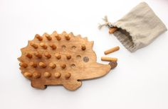 Wooden toy - wooden board game hedgehog - a designer . Wooden Toys – Wooden Board Game Hedgehog – a unique product by WoofWoofWood on DaWanda Wooden Pegs, Wooden Crafts, Wooden Diy, Diy For Kids, Gifts For Kids, Wooden Board Games, Montessori Toys, Montessori Bedroom, Montessori Toddler