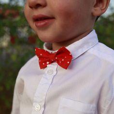 Un tuto simple pour réaliser pas à pas un très joli nœud papillon pour enfant personnalisé. Parfait pour un mariage ou une cérémonie!
