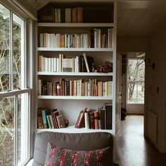 Are you looking to brighten up a dull room and searching for interior design tips? One great way to help you liven up a room is by painting and giving it a whole new look. Cosy Home, Living Spaces, Living Room, Home Libraries, House Rooms, Home Collections, Bookshelves, Bookshelf Ideas, Bookcase