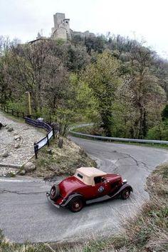 Ford B Roadster del 1933 con sullo sfondo il Castello di Carpineti. S Car, Wine Festival, Reggio Emilia, Toscana, Bed And Breakfast, Small Towns, Paths, Cities, Tourism