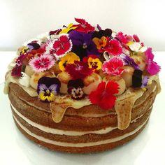 Ele é sem dúvida alguma o nosso clássico pois se tornou o queridinho de nossos clientes.  Então nem precisamos fazer um #TBT pra falar dele pois sempre tem um novinho saindo do forno.  Vai dizer que ainda não provou nosso naked cake de creme brulee?! #nakedcake #cake #brigadeiro #brulee #leitecondensado #docedeleite #bolo #flores #flowers #instalicious #flowerpower #floripa #bellecaramelle