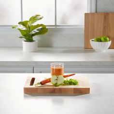 Interested in trying celery juice? Try it with apples and carrots! Juice Extractor, Celery Juice, Juice Drinks, Food Trends, Juice Recipes, Test Kitchen, Apples, Carrots, Yummy Food
