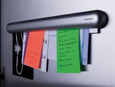 ewahre mit diesem Halter-Gadget Notizen, Rechnungen, Fotos und sonstige wichtige Papierstücke ordentlich an Deinem Kühlschrank (oder sonstwo) auf. Wenn Du Magnete nutzt, fliegt irgendwann alles herunter – aber nicht mit diesem Ding.Preis: 19,39 Euro