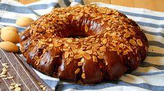 Kołacz drożdżowy, to tradycyjny wypiek wielkanocny o oryginalnym kształcie, który ozdobi wielkanocny stół. Pyszny z herbatą, mlekiem, kawą.