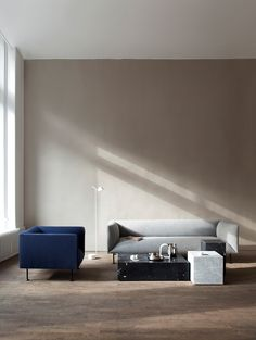 Med Plinth har danska Norm Architects vidareutvecklat de enkla formerna hos sockeln, plinten, och kombinerat de med marmor. Material och formgivning i perfekt kombination. Marmorns naturliga skönhet får ta plats och Plinth blir ett vackert monument i rummet.Hos Menu finns nu tre olika podium i två olika slags marmor – Carrara i vitt och Marquina i svart. Den låga, Plinth Low, blir det perfekta soffbordet medan Plinth Tall är tänkt att ha som sidobord, en piedestal, vid sidan av soffan eller…