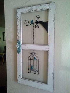 Quadro em pátina provençal em branco na moldura tema pássaro dentro da gaiola.