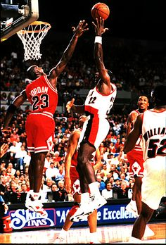 Jordan challenges Clyde Drexler at the rim in Portland. Jordan Bulls, Jordan 23, Michael Jordan, Michael Jackson, Basketball Legends, Sports Basketball, Basketball Players, Clyde Drexler, Jeffrey Jordan