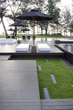 Un juego de alturas y formas dan a esta terraza con tarima exterior un ambiente…