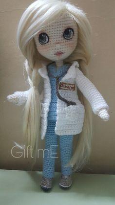 Boneca médica de crochê Crochet Dolls Free Patterns, Crochet Doll Pattern, Doll Patterns, Crochet Gifts, Cute Crochet, Crochet Baby, Yarn Dolls, Knitted Dolls, Crochet Monsters