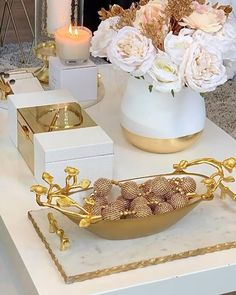 This was a fun coffee table styling i created with white and gold accent pieces. Glam Living Room, Living Room Decor Cozy, Dining Room Table Decor, Elegant Living Room, Gold Room Decor, Coffee Table Styling, Decorating Coffee Tables, Schönheitssalon Design, Home Decor Styles