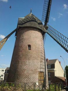 MOULIN TABLETTE - MAUBEUGE Nord -Un superbe moulin en briques au beau milieu d'immeubles à Maubeuge.  ne se visite plus depuis que les poutres ont été contaminés par un champignon.  Informations auprès du syndicat d'initiative en téléphonant au 03 27 62 11 93.