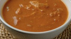 Deze tomatensoep met kip is een perfect voor een koude dag! Heerlijk romig en lekker pittig door een vleugje cayennepeper.