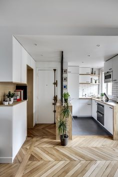 daphne decor & design-A Parisian apartment of fully renovated and optimized Source by Pulcotine Kitchen Interior, Home Decor Kitchen, Kitchen Design Small, Kitchen Flooring, Apartment Interior, Kitchen Decor, Home Deco, Home Kitchens, Small Apartment Kitchen